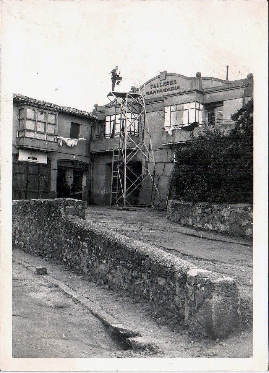 Foto Talleres Santa María 1960, con una torre de incendios.